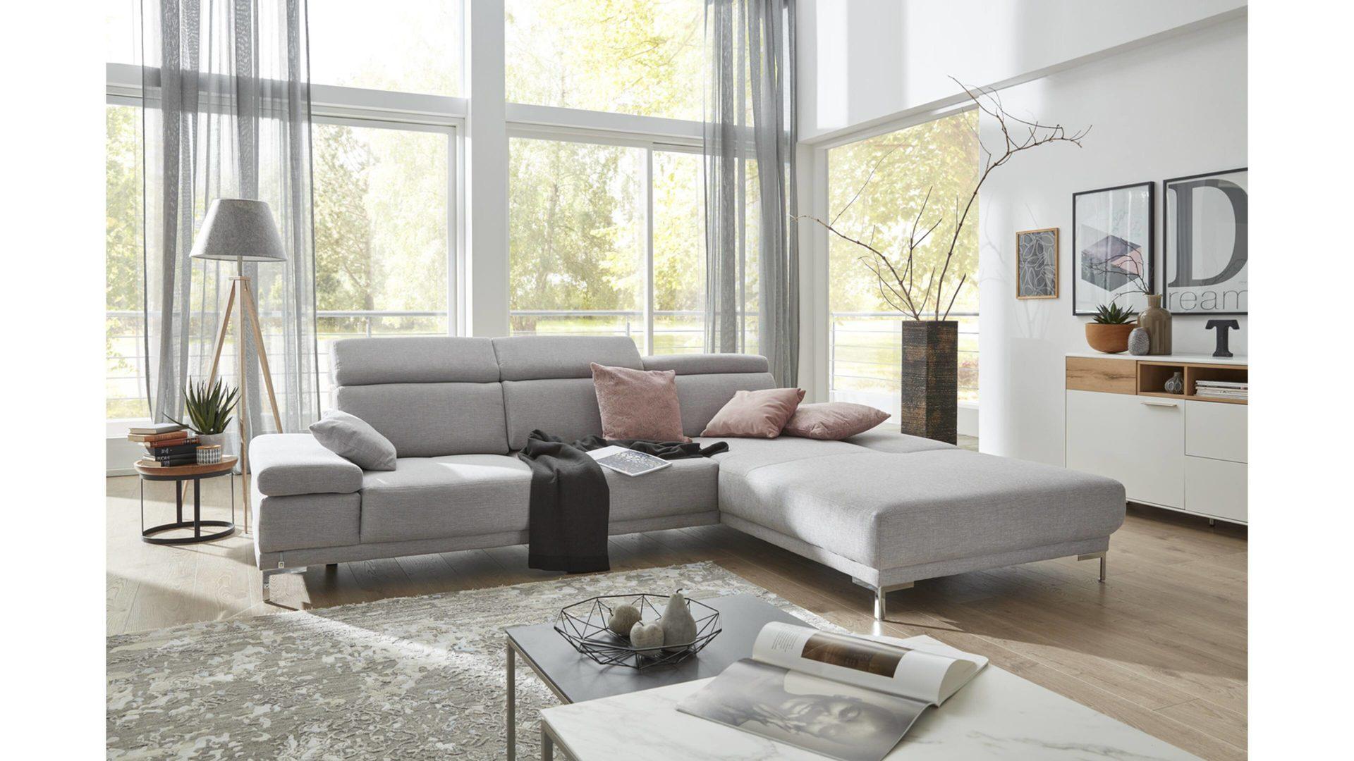 Interliving Sofa Serie 4251 Eckkombination Hellgrauer Bezug Flash